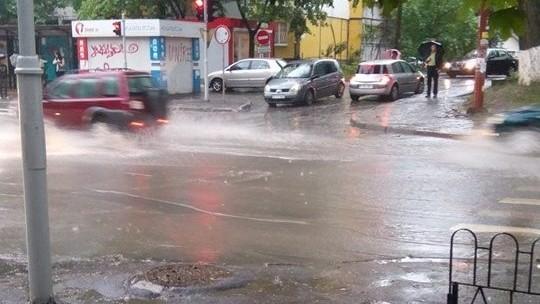 """(video) """"Poate dacă ploaia s-ar opri"""". Cum arată Chișinăul după ploaia din această după amiază"""