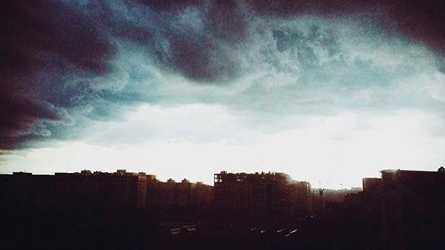 (foto) O seară furtunoasă în Chișinău. Spectacolul norilor de ploaie prin filtre de Instagram