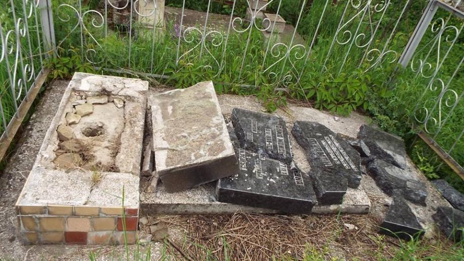 (foto) Paștele Blajinilor: Trei adolescenți din Soroca au profanat 14 morminte evreiești