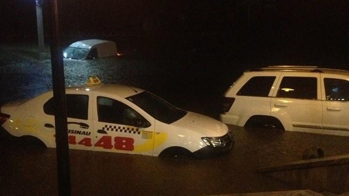 (foto, video) S-a spart cerul! Mai multe străzi din Capitală au fost inundate