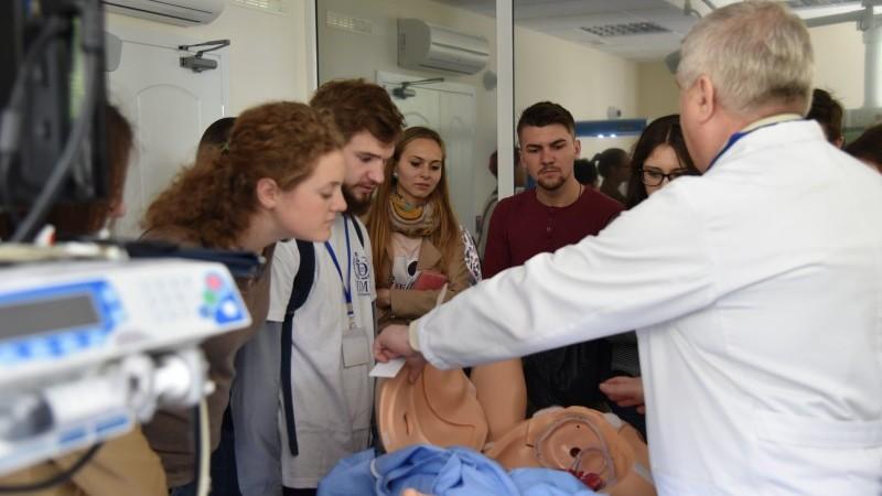 (foto) Tinerii dornici de a îmbrățișa domeniul medicinei au mers la Ziua Ușilor Deschise la USMF