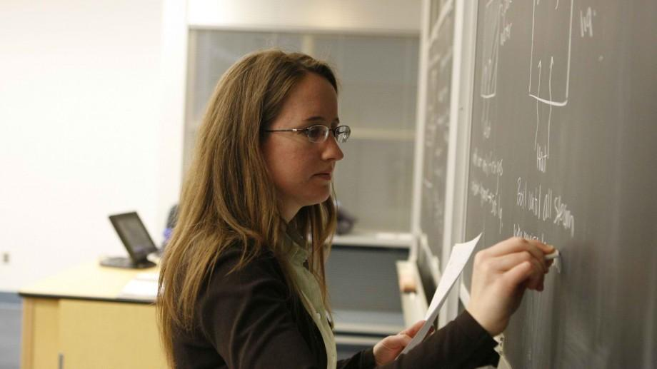 Absolvenții instituțiilor de învățământ cu profil pedagogic vor primi până la 45.000 de lei
