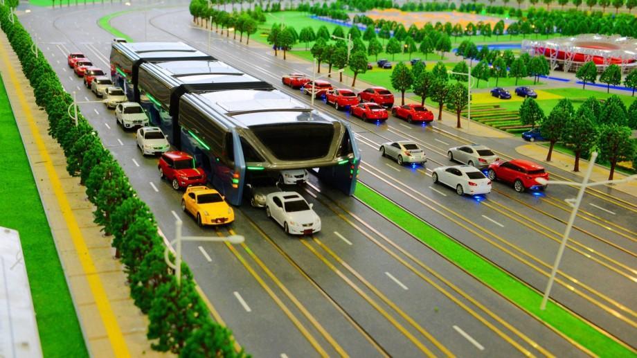(video) Așa arată viitorul! Mega autobuzul chinezesc permite automobilelor să circule sub el