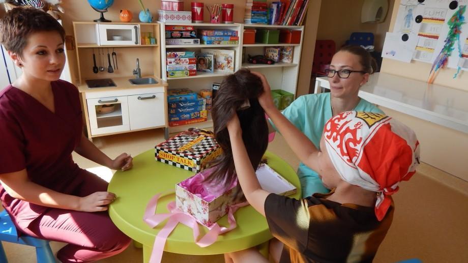 Campanie organizată de studenți: Donează pentru confecționarea perucilor copiilor bolnavi de cancer