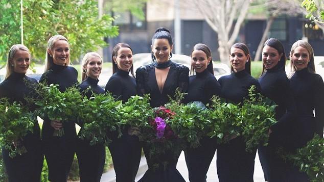 (foto, video) A spart stereotipurile! O tânără a ales să poarte o rochie neagră în ziua nunții sale