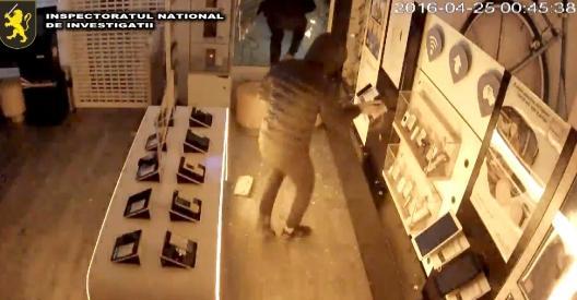 (video) Prejudiciu de un milion de lei! Patru tineri au reușit să spargă nouă magazine de tehnică