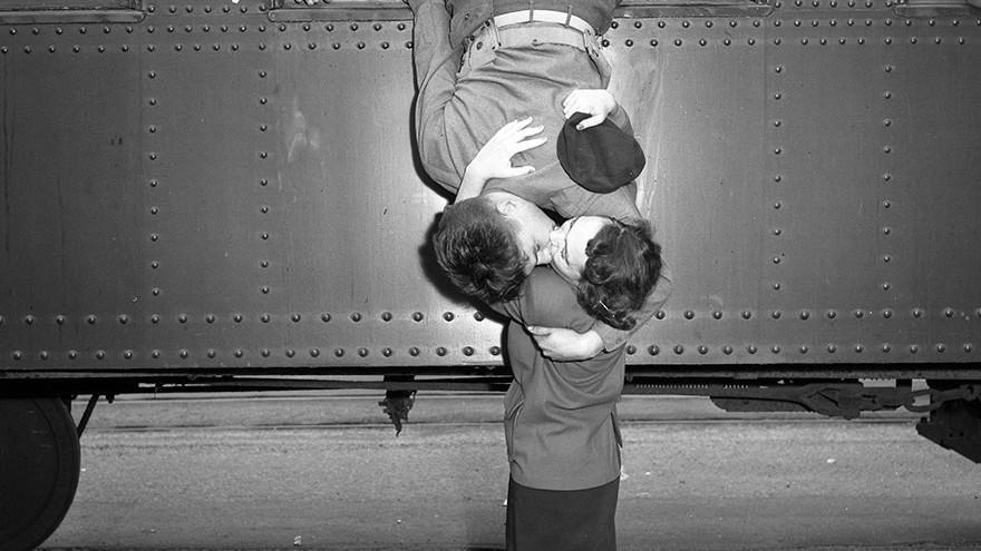 (galerie foto) Dragostea în timpul războiului: Imagini emoționante din Al Doilea Război Mondial