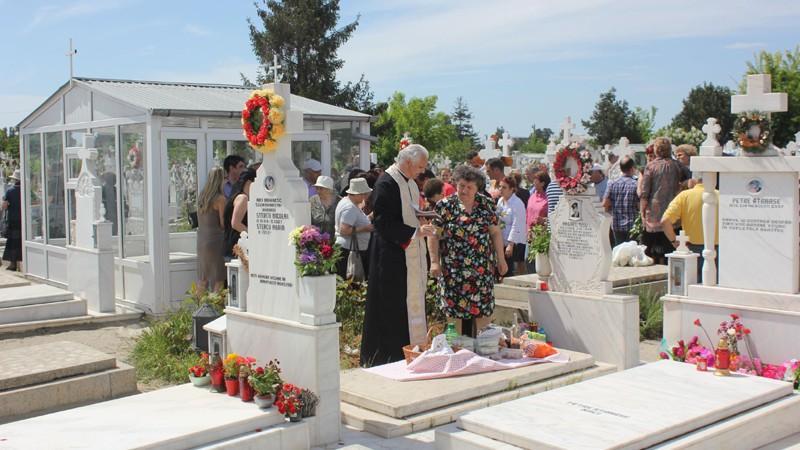 """Recomandările unui preot de Paștile Blajinilor: """"Nu se face schimb de pomene între rude"""""""
