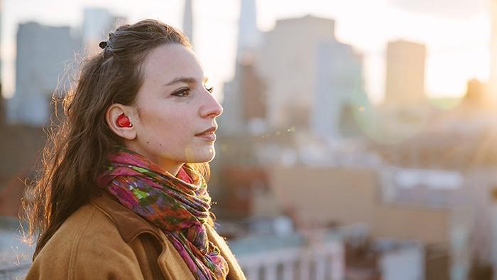 (foto, video) Revoluționar! Dispozitiv de pus în ureche care traduce limbi străine în timp real