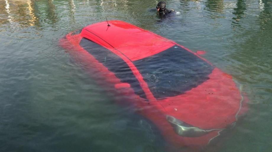 (foto) O tânăra a ajuns cu maşina într-un lac din cauza unei erori a dispozitivului GPS