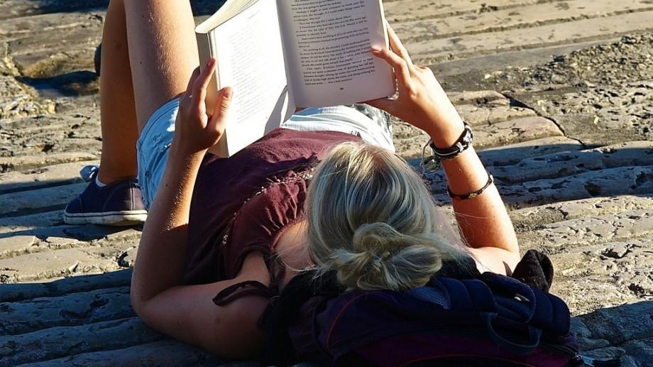 """Condimentează-ți zilele estivale cu lecturi. Participă la """"Rucsacul de vacanță"""" și fii creativ"""