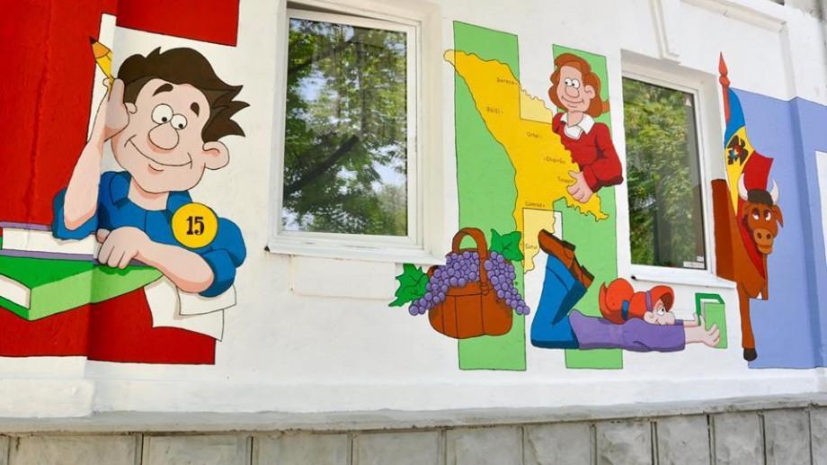(foto) Pereții unei școli din Chișinău au fost zugrăviți cu o serie de picturi murale