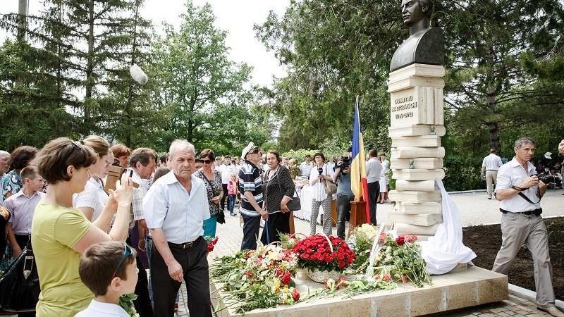 Un monument al poetului Dumitru Matcovschi a fost inaugurat în satul său de baștină