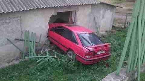 (foto) Un tânăr a intrat cu mașina într-o casă de locuit și a distrus un perete