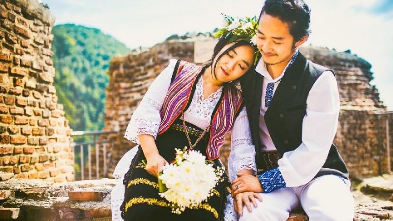 (foto) Doi tineri sud – coreeni au jucat o nuntă în stil românesc. Mirii și invitații au îmbrăcat portul popular