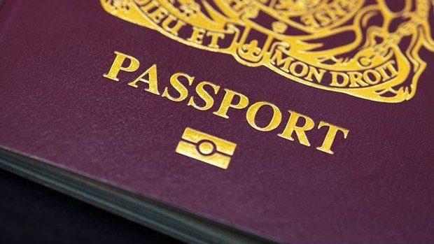 Tinerii britanici care studiază în UE ar putea primi paşapoarte speciale