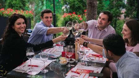 """(foto, video) La terasele """"Wine Friendly"""" din Chișinău este răcoare mulțumită evenimentelor """"Wine Live"""""""