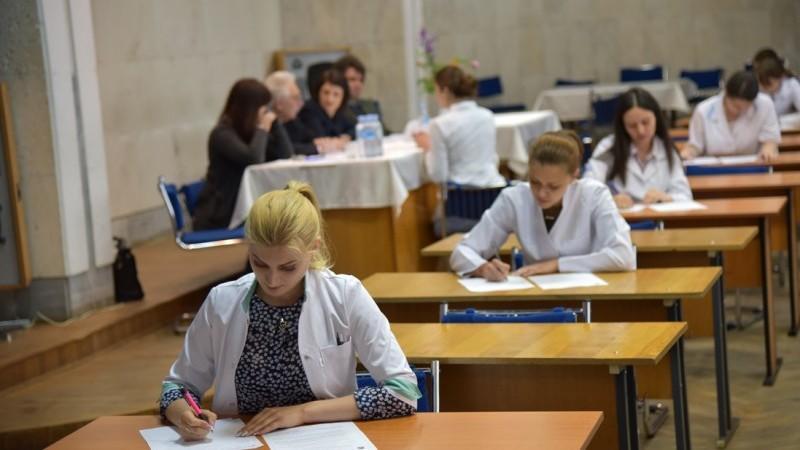 (foto) După șase ani de studii, mediciniști de la USMF au început să susțină examenele de licență