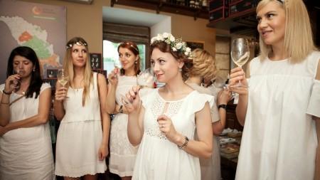 (foto) Feteasca – vinul caiselor necoapte. Zeci de sânziene au degustat vinurile albe la Women Feteasca Dă-i