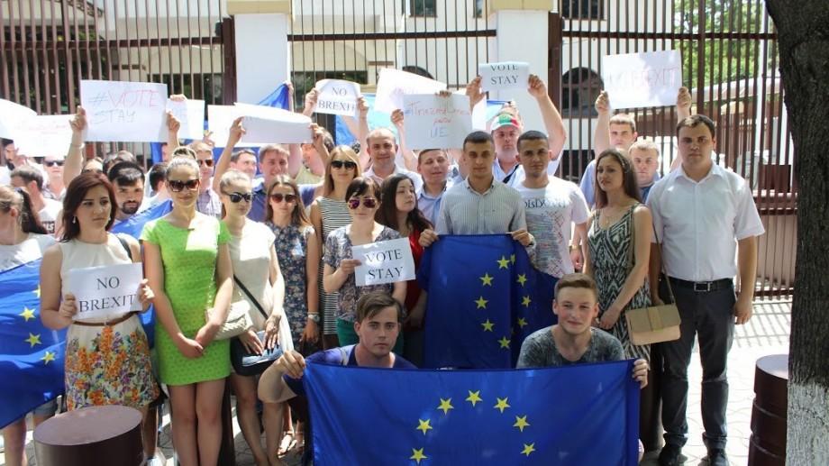(video) Mai mulți tineri democrați au militat la Chișinău împotriva ieșirii Marii Britanii din Uniunea Europeană