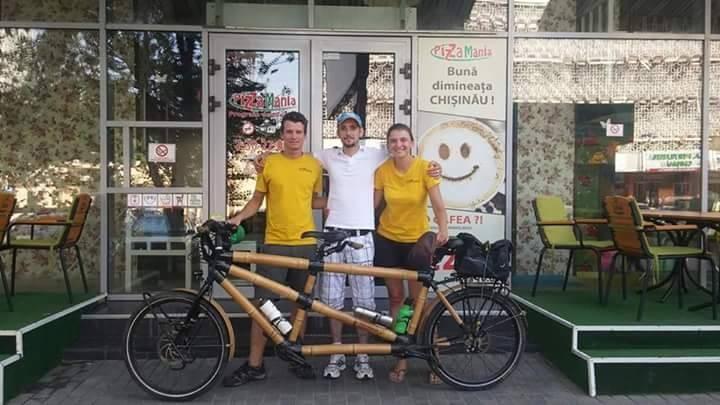 (foto, video) Prin Moldova au trecut doi tineri care fac turul Europei pe o bicicletă tandem din bambus