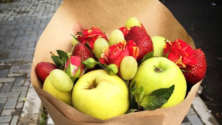(foto) Mere, piersici sau căpșuni? O tânără din Moldova crează buchete originale din fructe