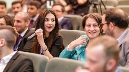 Simți că ești un viitor lider? Participă la Forumul economic al tinerilor lideri din Polonia
