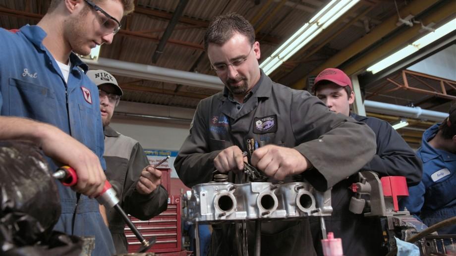 Educație: 20 de persoane au primit certificate de maiștri-instructori în producție