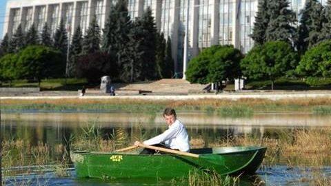 (foto) Cele mai învolburate meme-uri cu ploaia din Chișinău de la sfârșitul lunii mai