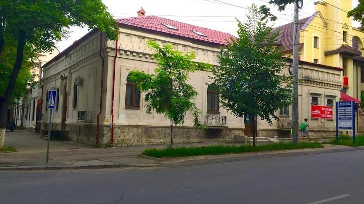 (foto) Descoperiri urbane: Casa cu flori și șerpi de la interesecția străzilor Bernardazzi şi Puşkin