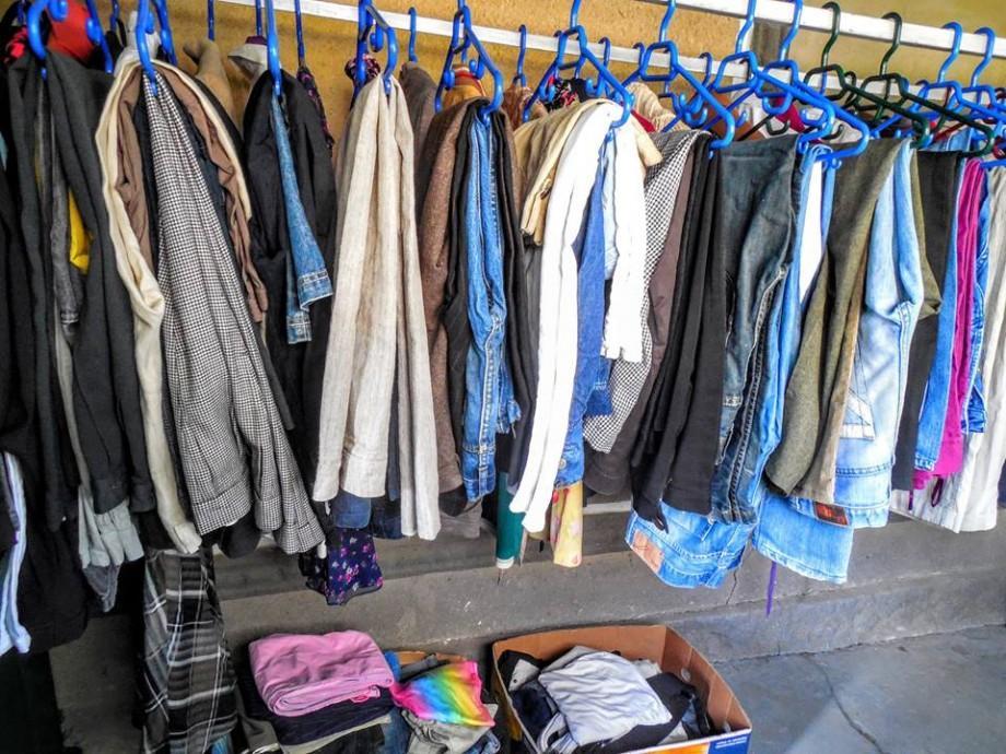 (foto) Diaconia lansează prima bancă de haine din Moldova: Donează haine, dăruieşte căldură!