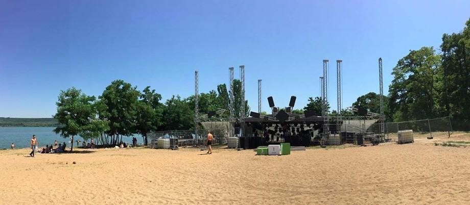 (foto) Plaja de la Ghidighici e pregătită de petrecere. Cum arată locația festivalului FOSFOR