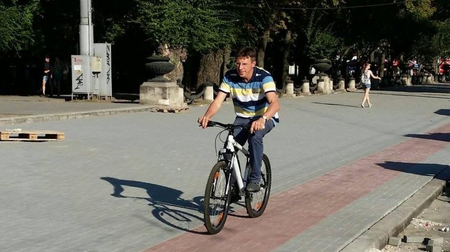 (foto) Dorin Chirtoacă și-a sărbătorit ziua de naștere pe șantier. A băut bere cu muncitorii și s-a plimbat cu bicicleta