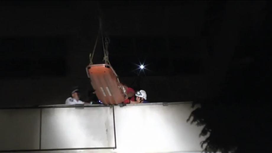 (video) S-a prăbușit de pe o clădire părăsită. Un adolescent a căzut în gol de la o înălțime de 15 metri