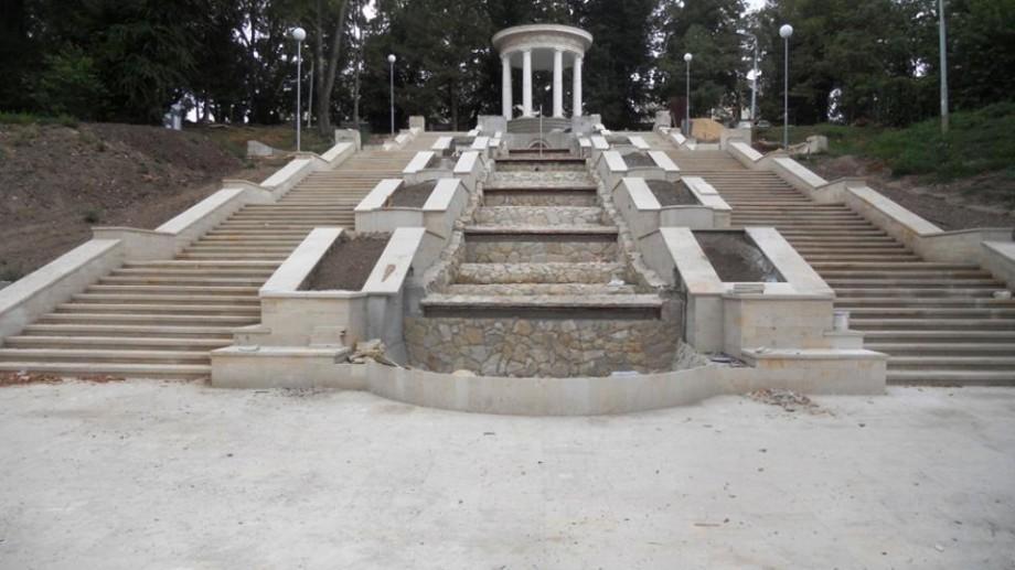 (foto) Cum decurg lucrările de reconstrucție a Rotondei şi a Scării Cascadelor din Parcul