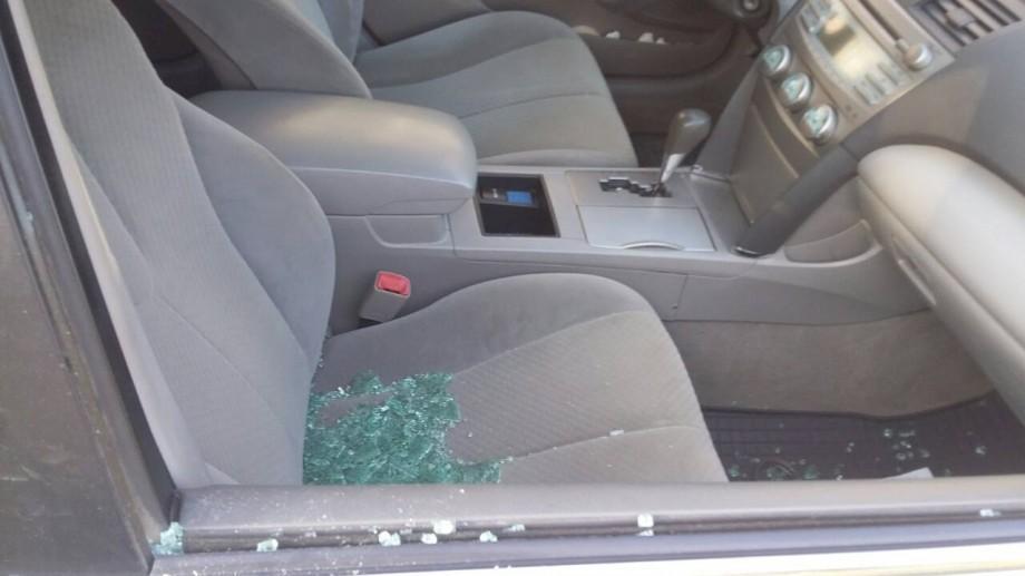 (foto) Doi tineri au fost prinși în timp ce spărgeau geamurile de la mașini