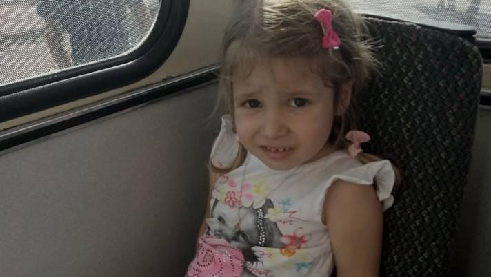 (foto) O copilă s-a pierdut în troleibuzul 21. Cine recunoaște fetița din imagine, să anunțe poliția