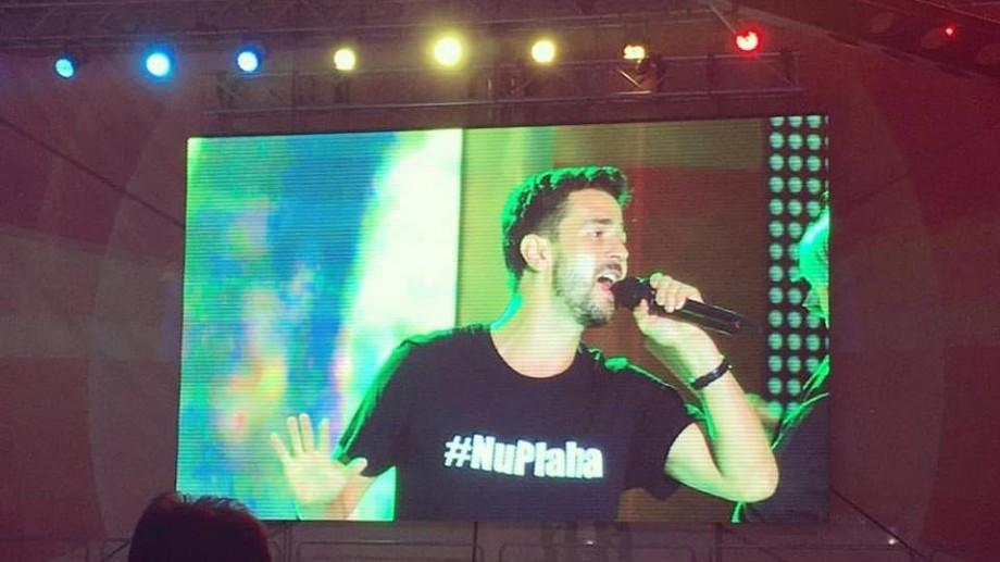(foto, video) Ziua Independenței: Pasha Parfeni a cântat pe scena din PMAN într-un tricou #NuPlaha