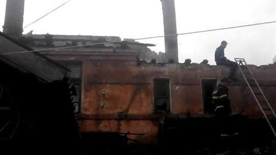 (foto) Incendiu de proporții. Un bloc de locuit cu două etaje a luat foc la Basarabeasca