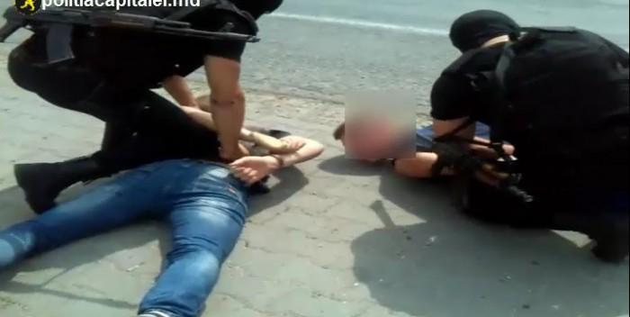 (video) Doi tineri din Anenii Noi au furat un BMW și au încercat să-l vândă la piese