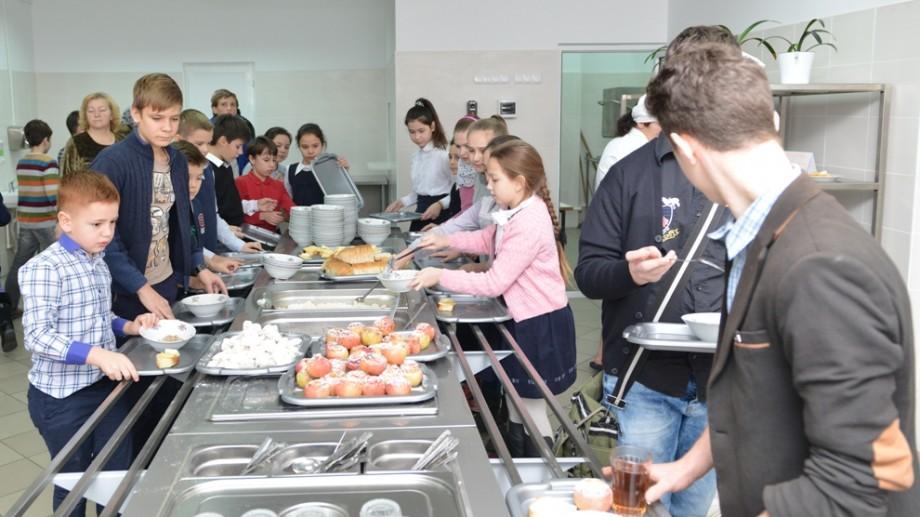 """(foto) Elevii a încă cinci școli din Capitală vor lua masa la """"Bufetul suedez"""". Autoritățile încep pregătirile"""