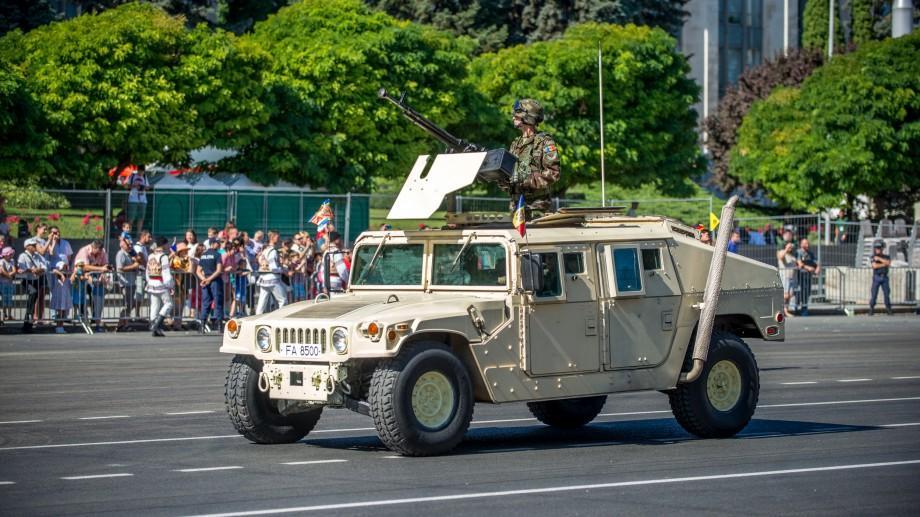 Peste o mie de militari au defilat astăzi în PMAN. Cea mai completă GALERIE FOTO de la Parada Militară