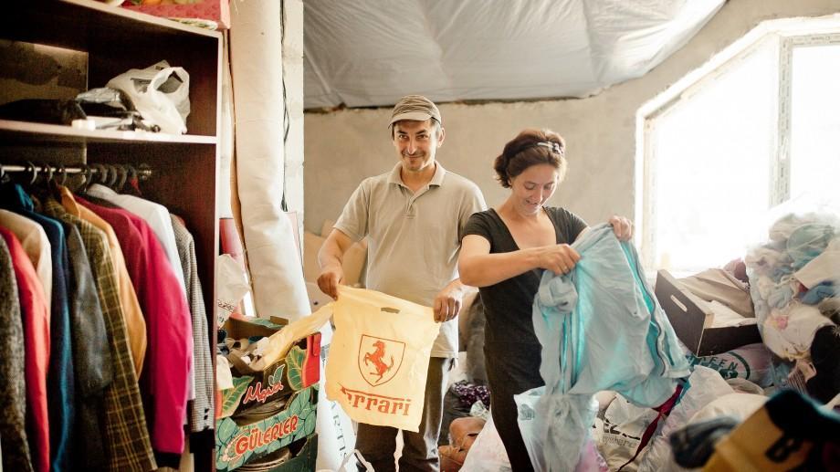"""(foto) 3,5 tone de haine din garderobele sociale """"Diaconia"""" au prins a doua viață în mâinile nevoiașilor"""