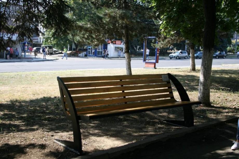 """(foto) """"Donează o bancă"""" Chișinăului. O bătrână a donat primul mobilier urban în memoria fiului său"""