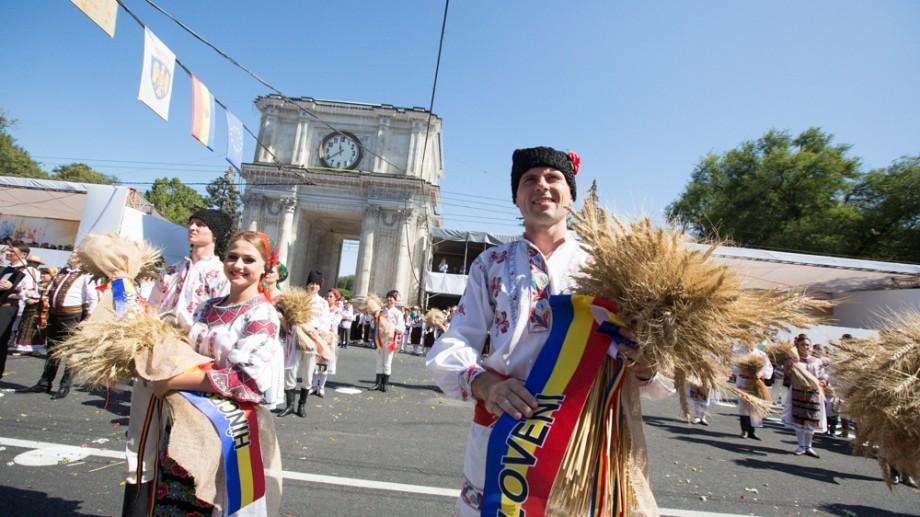 (GALERIE FOTO) De Ziua Independenței, PMAN-ul s-a umplut de tradiție și dans la Parada Portului Popular