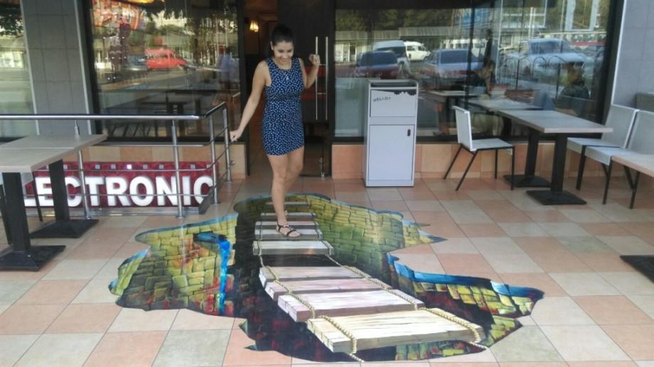 (foto) Un crater 3D a apărut în centrul Capitalei. O ilustrație street art uimește trecătorii prin culoare