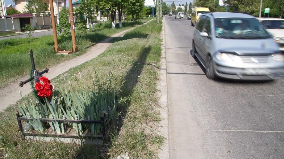 Toate crucile și obiectele funerare vor fi scoase de pe marginea drumurilor din Moldova