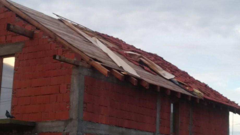 Poduri avariate, acoperișuri smulse. Ploile de duminică a făcut ravagii în mai multe localități