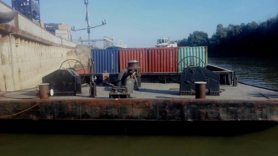 (foto) Pete de petrol, de pe o suprafață de 12 metri pătrați a râului Prut. Intervenția salvatorilor