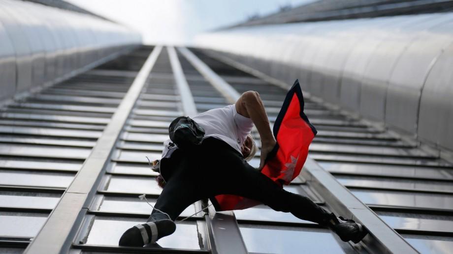 """(video) """"Spiderman"""" a escaladat fără ham un zgârie-nori de 185 de m din Paris"""